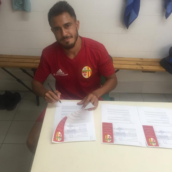 Caio no momento da assinatura de contrato com o Birkirkara FC
