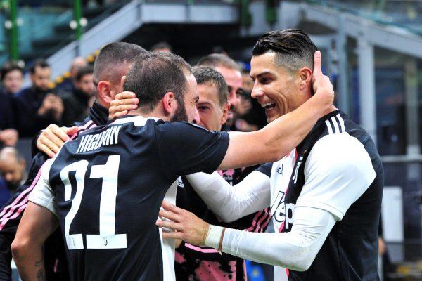 Higuaín e Cristiano Ronaldo celebrando o gol da vitória da Juventus. .