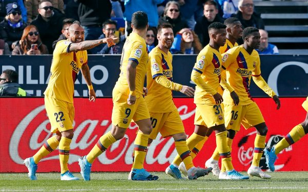 O chileno Arturo Vidal comemora com os companheiros a virada do Barça contra o Leganés