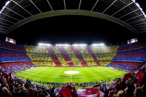 O Camp Nou lotado durante um clássico contra o Real Madrid.