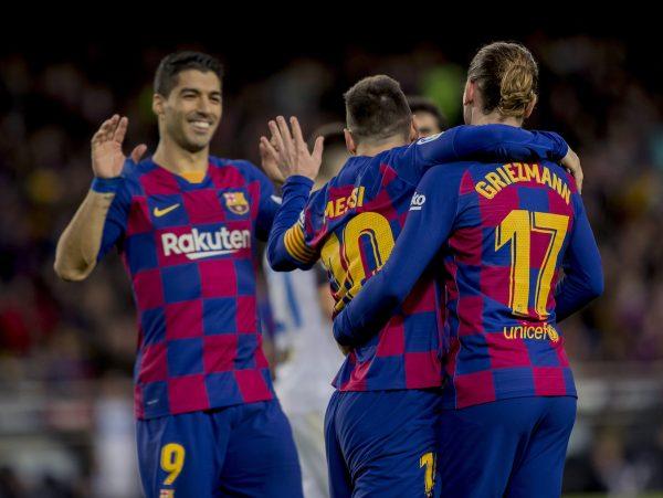 Messi comemora com Suárez e Griemann o golaço marcado contra o Alavés.