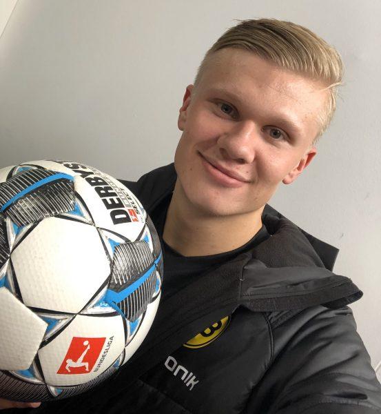 Haaland com a bola do hat-trick contra o Augsburg na estreia pelo Borussia Dortmund