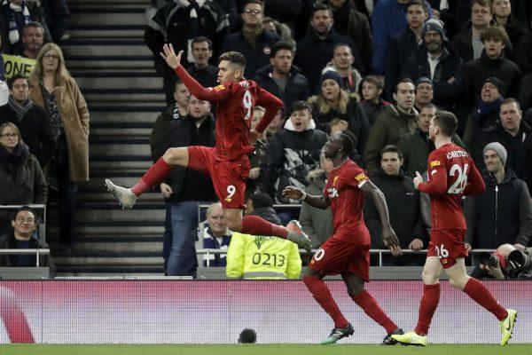 Roberto Firmino comemora o gol da vitória contra o Tottenham, em Londres, pela Premier League