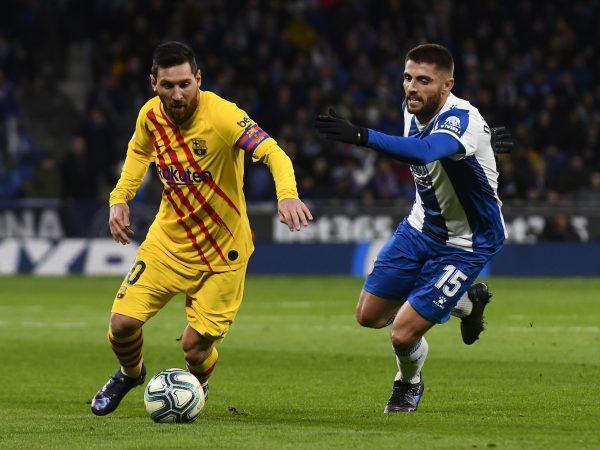 Messi em um duelo contra David López, no derby catalão deste sábado (4), pela Liga Espanhola.