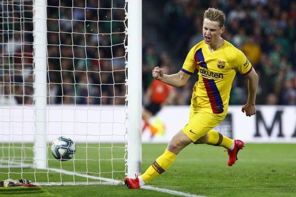 Frenkie de Jong comemora o golaço que marcou contra o Betis, o primeiro do Barça na vitória por 3 a 2, no Benito Villamarín, em Sevilha