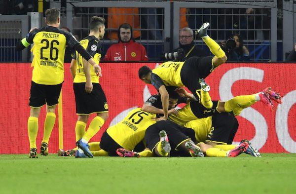 Os jogadores do Borussia Dortmund se amontoam sobre Haaland para celebrar um dos golaços do atacante norueguês