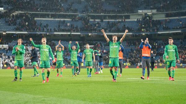 Os jogadores da Real Sociedad fazem a festa no Bernabéu após golear o Real Madrid por 4 a 3