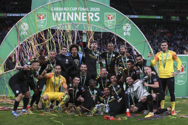 Os jogadores do Manchester City comemoram o tricampeonato da Copa da Liga Inglesa.