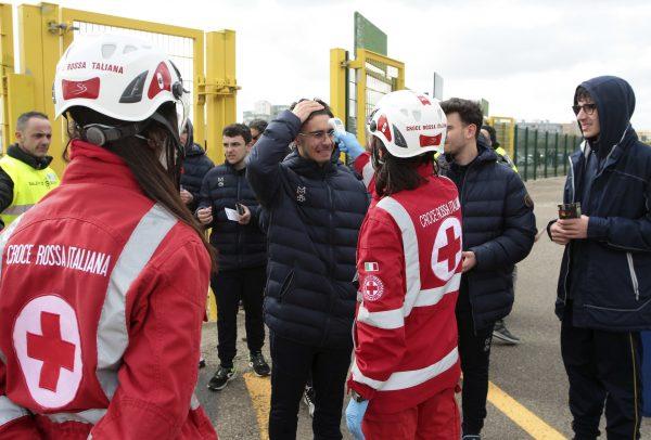 Agentes de saúde controlam a temperatura dos torcedores antes de uma partida na Itália.