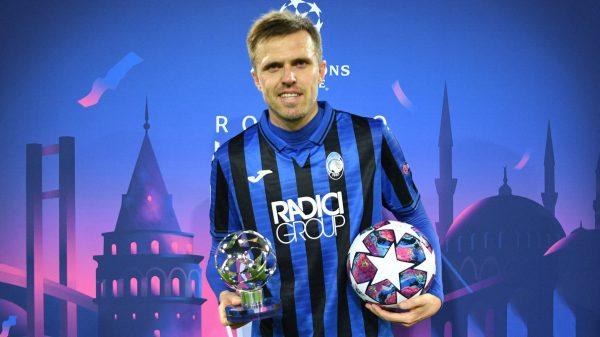 Ilicic com a bola do jogo e o troféu de MVP do duelo no qual marcou quatro gols contra o Valencia.