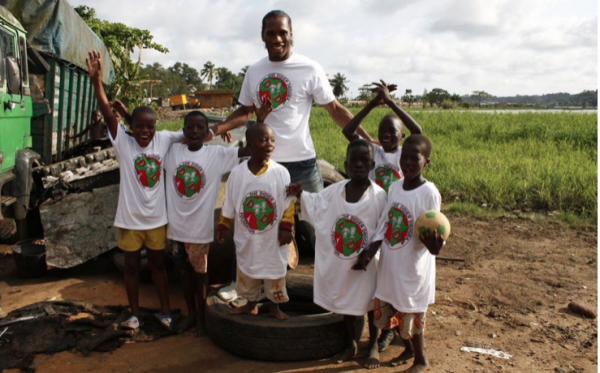 Didier Drogba com crianças da sua Fundação, na Costa do Marfim.