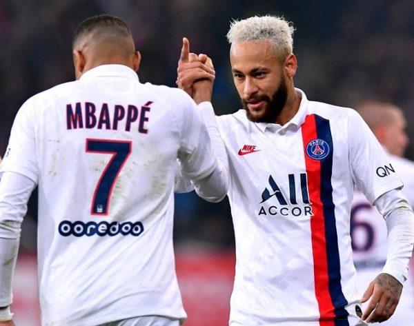 Mbappé e Neymar comemoram um gol na atual temporada da Ligue 1.