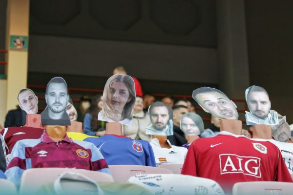 Imagens de manequins sentados nos bancos do estádio com caras de torcedores reais.